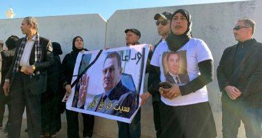 صور.. محبو مبارك يتجمعون خارج مسجد المشير استعدادا لتشييع جثمانه