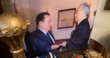 """نجل سمير زاهر ينشر صورة لوالده مع مبارك : """"رجال تعلمنا منهم الشهامة"""""""