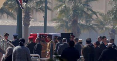 مواطنون يحرصون على حضور جنازة الرئيس الأسبق حسنى مبارك .. فيديو