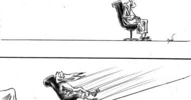 كاريكاتير صحيفة إماراتية.. الموظف غير المستقيم يجد من يدفعه للأمام
