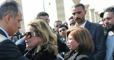 تداول صور يسرا وإلهام شاهين بجنازة الرئيس الأسبق مبارك