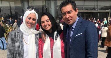 شاهد.. الزئبقى محمد بركات يحتفل بتخرج ابنته فى حضور زوجته