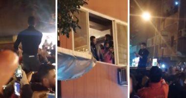 فيديو.. محمد رمضان على الأعناق في مطعم شعبي بإمبابة وزحام للسيلفي