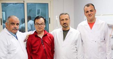 مستشفى النجيلة بمطروح تحتفل بخروج الصينى المتعافى من كورونا بالتورتة