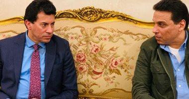 صور .. وزير الرياضة يجتمع بجهاز المنتخب على هامش مباراة الزمالك و الترجي