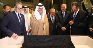 وزير السياحة عن إهداء السعودية جزء من كسوة الكعبة: رمز الصداقة بين البلدين