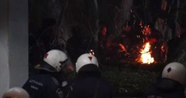لاجئون يشعلون النار للتدفئة في مناطق حدودية بين اليونان وتركيا.. فيديو