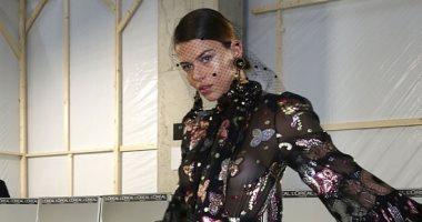جورجيا فاولر تتألق بفستان شفاف من تصميم إيلى صعب.. صور