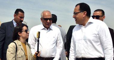 رئيس الوزراء يلتقط صورا تذكارية مع السائحين في هرم زوسر