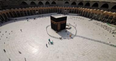"""""""للبیت رب یحمیه"""" للمرة الأولى الحرم المكى خالٍ من المصليين بسبب كورونا.. فيديو"""
