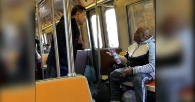 أمريكى يرش معطر على آسيوى بالقطار..وهيئة النقل: العنصرية ليست حلا لكورونا