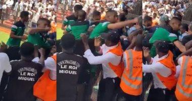 هل يُعاقب الرجاء قبل لقاء الزمالك بعد الاشتباك مع جماهير مازيمبي.. فيديو