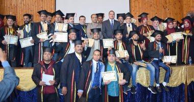 صور.. جامعة سوهاج تحتفل بتخرج 250 طالبا ببرنامج التجارة بالتعليم المدمج -