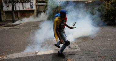 إطلاق الغاز المسيل للدموع ضد المتظاهرين المعارضين للرئيس مادورو فى كاراكاس