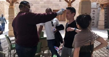 """صور.. حملة لفحص الأجانب والعاملين بالسياحة بمعبد أبوسمبل لمواجهة """"كورونا"""""""
