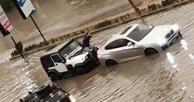 صور.. شباب إنقاذ السيارات الغارقة بالتجمع يحظون بإشادة كبيرة