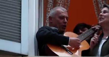 """رغم الحجر الصحى.. الإيطاليون يستمرون فى مواجهة """"كورونا"""" بالموسيقى.. فيديو"""