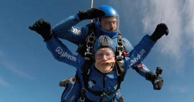 """قصة مسن بريطانى ينفذ قفزة بـ""""الباراشوت"""" من ارتفاع 4500 متر"""