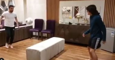 """""""أحمى نفسك وعائلتك"""".. الصقر أحمد حسن ينافس ابنه فى كرة القدم بالمنزل..فيديو"""