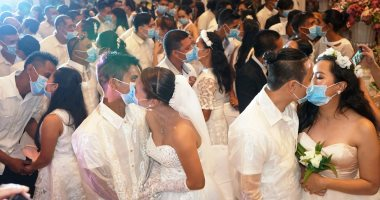 زواج زمن الكورونا.. عروسان إيطاليان يتممان زفافهما بالأقنعة فى إيطاليا