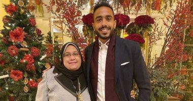 عندما تضحكين تضحك الحياة.. هكذا تغزل محمود كهربا في والدته بعيد الأم