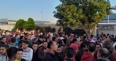 عمال بالإسماعيلية يطالبون بإجازة أسبوعين.. والمحافظ: ندرس موقفهم.. صور