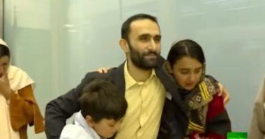 شاهد.. مهندس إيرانى يلتقى أسرته بعد إفراج السلطات الفرنسية عنه