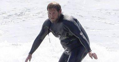 """""""جوناه هيل"""" يخوض تجربة ركوب الأمواج ببدلة غطس على سواحل ماليبو.. صور"""