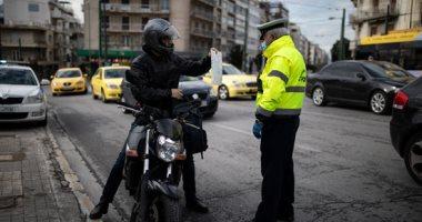 الشرطة اليونانية تتقصى أسباب نزول المواطنين بأوقات الحظر لمنع تفشى كورونا