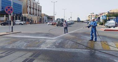 """تعقيم شوارع مدينة رأس غارب بالبحر الأحمر للوقاية من """"كورونا"""".. فيديو وصور"""