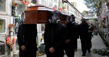 تشييع جنازة بارتداء الأقنعة الواقية للحماية من فيروس كورونا فى بوليفيا