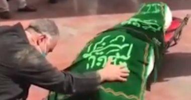 """فيديو.. تشييع جنازة """"حماة نجل مرشد إيران"""" بعد إصابتها بفيروس كورونا"""