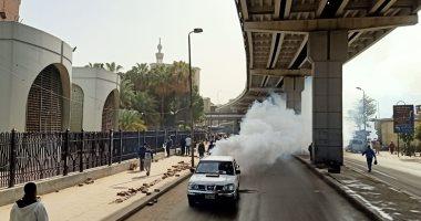 صور.. تعقيم منطقتى العتبة والموسكى وسط القاهرة بعد إخلائهما من الباعة الجائلين لمواجهة شكورونا