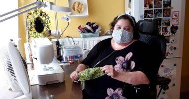 سيدة تعيش بربع رئة تحول منزلها لتدريب الفتيات على صناعة الكمامات.. صور