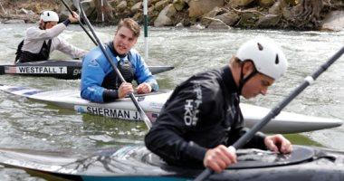 بعيدا عن كورونا.. لاعبو كاياك الأمريكى يتدربون فى نهر بوتوماك
