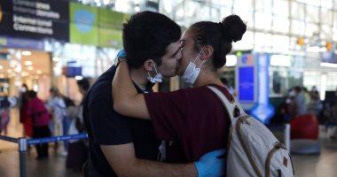 قبلة حارة تتحدى فيروس كورونا فى مطار عاصمة تشيلى
