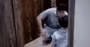 جرى عليه بلهفة.. سعودى يبكى لعدم قدرته على احتضان طفله خوفا من كورونا