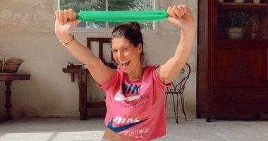 ملكة جمال فرنسا السابقة تعلم متابعيها اليوجا أثناء العزل المنزلى.. فيديو