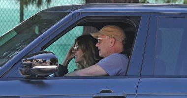 توم هانكس وزوجته يعودان لأمريكا بعد شفائهما من فيروس كورونا.. صور