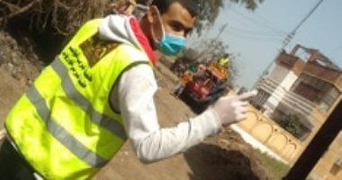 بالكلور والمنظفات.. أهالى قرية دمهوج بالمنوفية يعقمون الشوارع لمواجهة كورونا