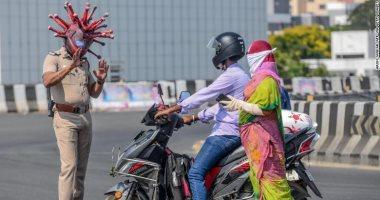 """شرطى هندى يشجع الناس للبقاء بالمنزل بطريقة مبتكرة.. ماذا فعل؟ """"صور"""""""