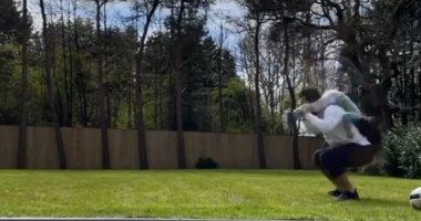 """محمد صلاح يستخدم """"مكة"""" لرفع لياقته البدنية في العزل الصحي المنزلى.. فيديو وصور"""