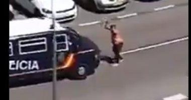 مش عايز يموت لوحده..مصاب بكورونا يهاجم شرطة أسبانيا بسيوف ساموراى (فيديو)