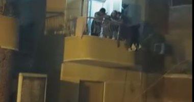 جيران طبيب بأسوان يستقبلونه بالزغاريد بعد عودته من العمل بمستشفى العزل.. فيديو