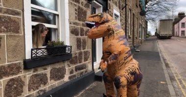 """عودة عصر الديناصورات.. ظهور جديد لـ""""ريكس"""" بشوارع أسكتلندا لتسلية الناس فى العزل"""