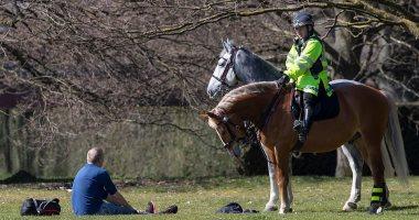 بريطانيون يتحدون قرارات الحكومة.. وإغلاق حديقة لندن بعد استقبال 3000 زائر