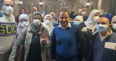 أطباء مستشفى العزل بقها يحتفلون بشفاء 3 حالات من فيروس كورونا