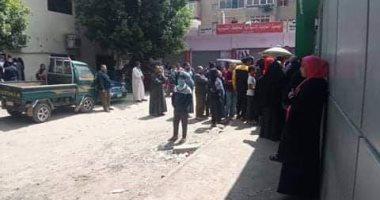 اضبط مخالفة.. ازدحام أمام سنترال شبرا الخيمة رغم التحذيرات من انتشار كورونا