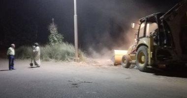 صور.. رئيس مدينة إسنا يقود حملات نظافة بالشوارع خلال حظر التجوال