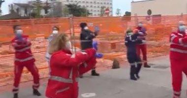 متطوعون يشجعون مرضى كورونا بالرقص أمام المستشفى بإيطاليا.. فيديو